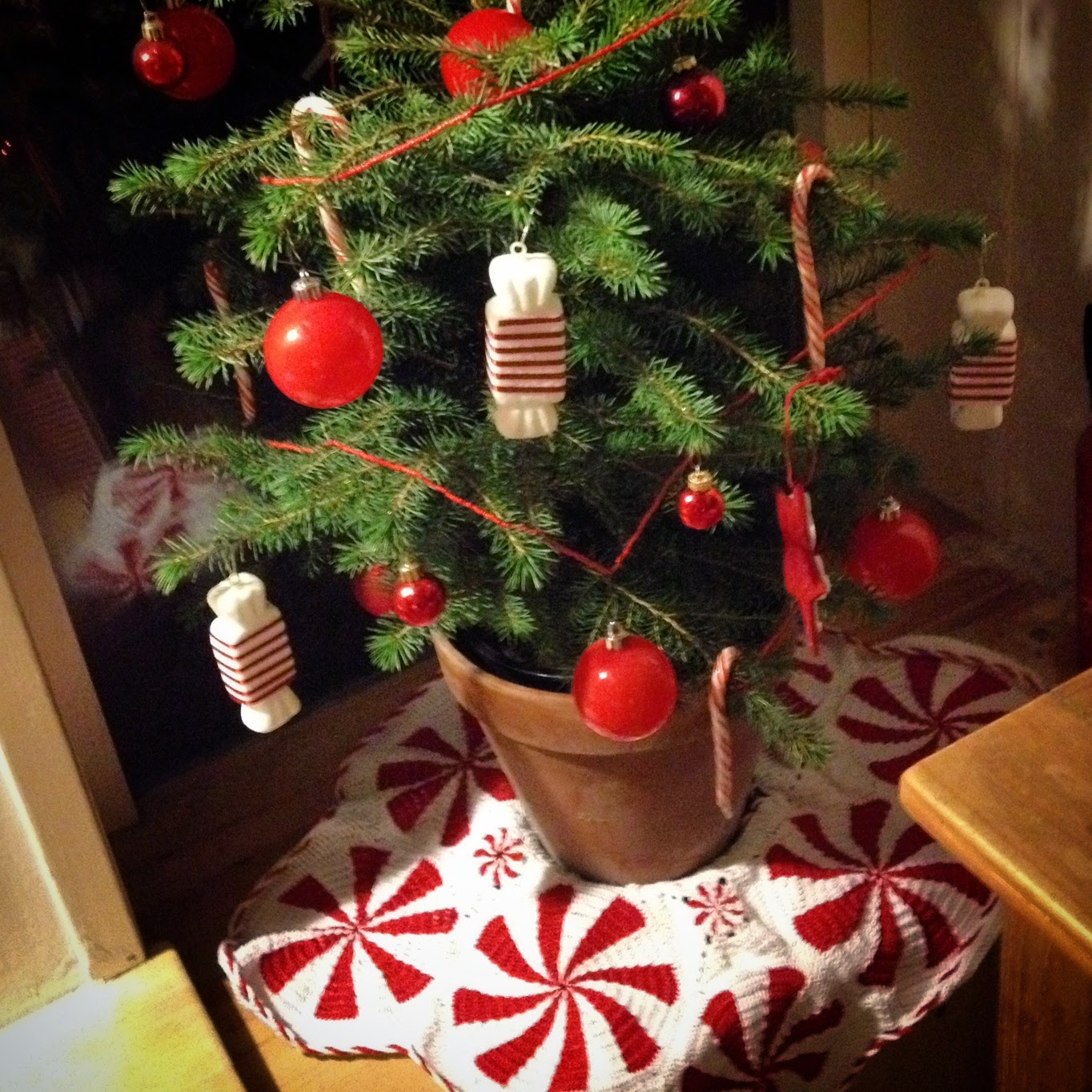 Crochet peppermint candy Christmas tree skirt tutorial and pattern